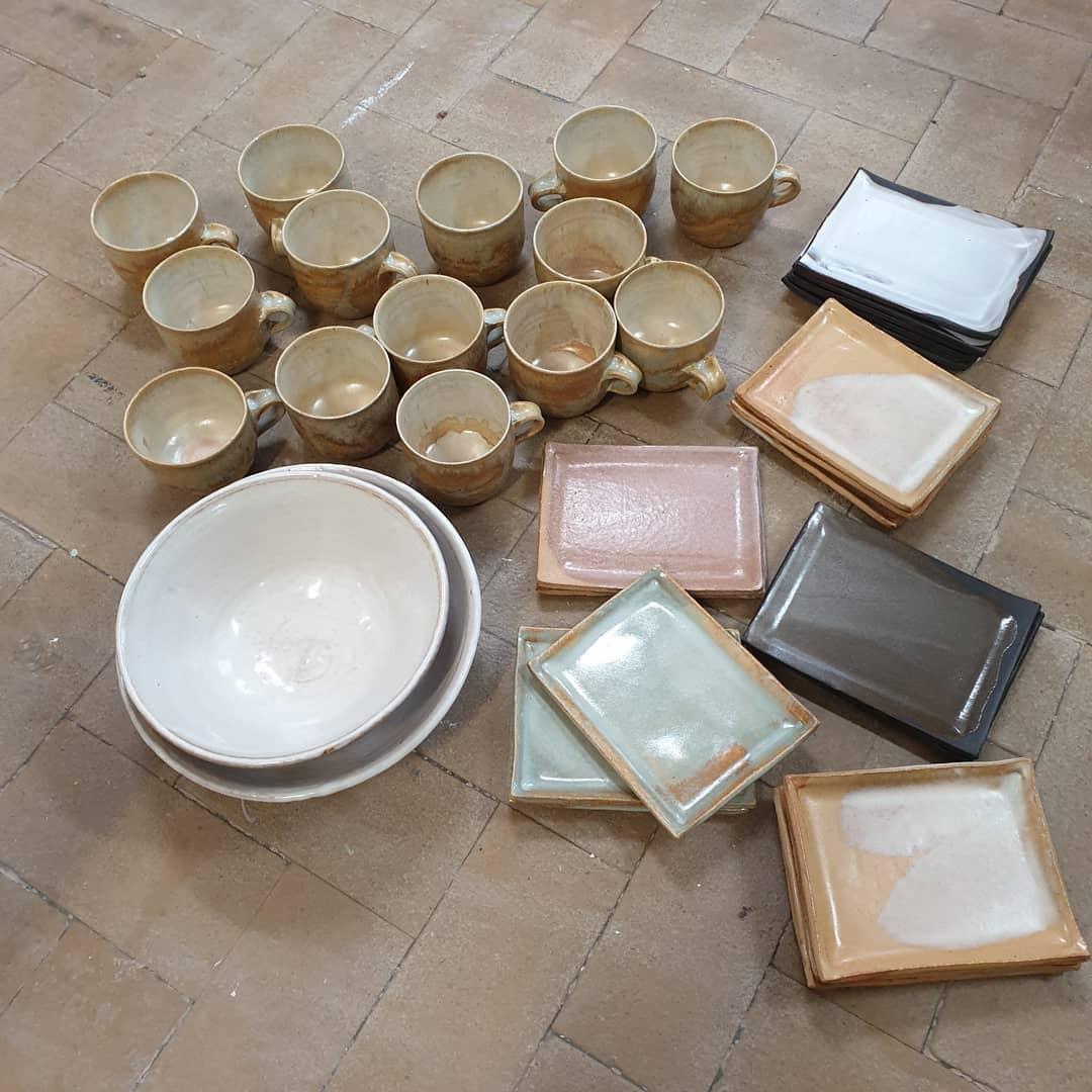 Årets första ugnstömning. Nytt årtal. Nya leror. Nya experiment. #pottery #stoneware #bowles #teacups #plates